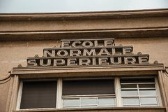 """Πανεπιστημιακό κτήριο όπου γράφεται ` Ecole Normale Superieure† που σημαίνει """"Upper κανονικό School†, μια τριτοβάθμια εκπ στοκ εικόνες"""