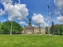 Πανεπιστημιακό πάρκο, PA - 16 Μαΐου 2019 - ένας μετωπικός πυροβολισμός του παλαιού κεντρικού κτιρίου στο κρατικό πανεπιστήμιο Pen στοκ φωτογραφίες με δικαίωμα ελεύθερης χρήσης