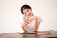 Πανεπιστημιακό όμορφο κορίτσι σπουδαστών της Ασίας ταϊλανδικό Κίνα που χρησιμοποιεί το έξυπνο τηλέφωνό της Selfie Στοκ Εικόνα