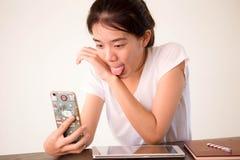 Πανεπιστημιακό όμορφο κορίτσι σπουδαστών της Ασίας ταϊλανδικό Κίνα που χρησιμοποιεί το έξυπνο τηλέφωνό της Selfie Στοκ Εικόνες