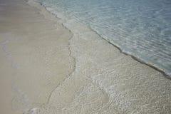 Πανευτυχές σαφές ωκεάνιο νερό σε μια καραϊβική παραλία στοκ φωτογραφία με δικαίωμα ελεύθερης χρήσης