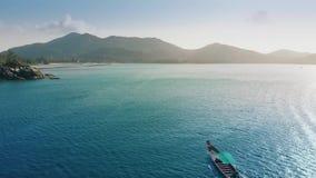 Πανιά αλιευτικών σκαφών κατά μήκος της γραφικής ακτής φιλμ μικρού μήκους