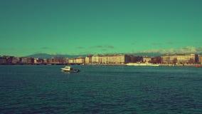 Πανιά βαρκών κατά μήκος της ακτής της Γενεύης απόθεμα βίντεο