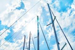 Πανιά ενάντια στον ουρανό και τον ήλιο Στοκ εικόνα με δικαίωμα ελεύθερης χρήσης