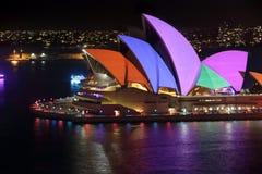 Πανιά Οπερών του Σίδνεϊ αναμμένα στα φωτεινά χρώματα Στοκ εικόνα με δικαίωμα ελεύθερης χρήσης