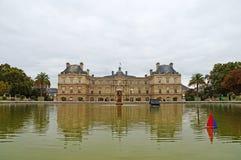 Πανιά παιχνιδιών βαρκών σε μια λίμνη μπροστά από το λουξεμβούργιο παλάτι στο Παρίσι Στοκ Εικόνες