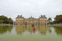 Πανιά παιχνιδιών βαρκών σε μια λίμνη μπροστά από το λουξεμβούργιο παλάτι στο Παρίσι Στοκ φωτογραφία με δικαίωμα ελεύθερης χρήσης