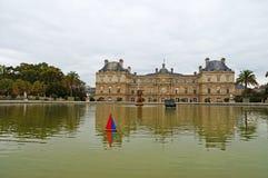Πανιά παιχνιδιών βαρκών σε μια λίμνη μπροστά από το λουξεμβούργιο παλάτι στο Παρίσι Στοκ Εικόνα