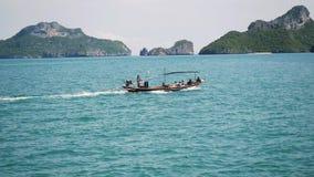 Πανιά ταχυπλόων με τους τουρίστες στη θάλασσα μεταξύ των νησιών Προορισμοί ταξιδιού κίνηση αργή 1920x1080, φιλμ μικρού μήκους