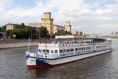 Πανιά Gzhel σκαφών αναψυχής κατά μήκος του ποταμού της Μόσχας Στοκ Φωτογραφίες