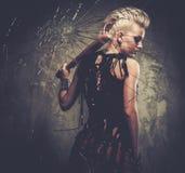 Πανκ κορίτσι πίσω από το σπασμένο γυαλί Στοκ Φωτογραφία