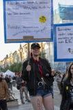 Πανκ κορίτσι στην επίδειξη στην πλατεία της Πράγας Wenceslas ενάντια στην τρέχουσα κυβέρνηση Στοκ Εικόνες