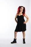Πανκ κορίτσι στις μπότες αγώνα και το μαύρο φόρεμα Στοκ Φωτογραφία