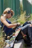 πανκ νεολαίες σκέιτερ ακουστικών κοριτσιών Στοκ Εικόνες