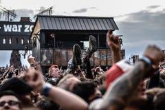 Πανκ συναυλία μετάλλων πλήθους surfingin στοκ φωτογραφίες με δικαίωμα ελεύθερης χρήσης