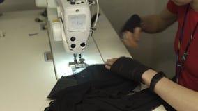 Πανκ σχεδιαστής μόδας Cyber στην εργασία στο στούντιό της που ράβει χρησιμοποιώντας τη μηχανή - καυκάσια λευκή γυναίκα που φορά τ απόθεμα βίντεο