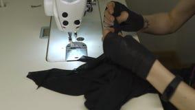 Πανκ σχεδιαστής μόδας Cyber στην εργασία στο στούντιό της που ράβει χρησιμοποιώντας τη μηχανή - καυκάσια λευκή γυναίκα που φορά τ φιλμ μικρού μήκους