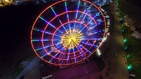 Πανοραμικά φω'τα λαμπυρίσματος ροδών τη νύχτα, φωτεινός φωτισμός στο θέρετρο Batumi απόθεμα βίντεο