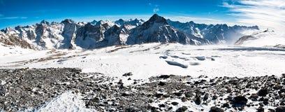 Πανοραμικά χειμερινά βουνά Στοκ Εικόνες
