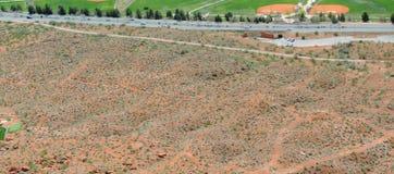 Πανοραμικές απόψεις ερήμων και πόλεων από τα ίχνη πεζοπορίας γύρω από το ST George Γιούτα γύρω από το Hill του Beck, Chuckwalla,  Στοκ φωτογραφία με δικαίωμα ελεύθερης χρήσης