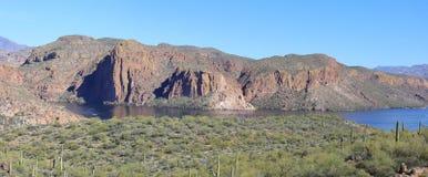 Πανοραμική άποψη: Απότομοι βράχοι, νερό & δέντρα στη λίμνη φαραγγιών, Αριζόνα Στοκ φωτογραφία με δικαίωμα ελεύθερης χρήσης