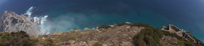 Πανοραμική άποψη από έναν απότομο βράχο με τα κύματα Στοκ Φωτογραφία