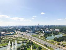 Πανοραμική άποψη από ένα μεγάλο ύψος στο όμορφο κεφάλαιο, μια πόλη με πολλούς δρόμους και πολυκατοικίες στοκ εικόνες