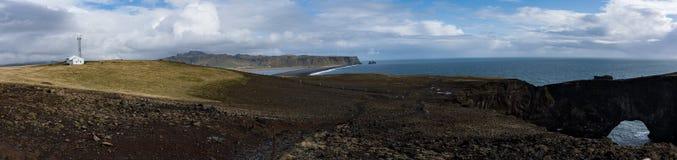 Πανοραμική άποψη από τους απότομους βράχους στη μαύρη παραλία Vik στοκ εικόνα