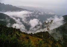 Πανοραμική άποψη από το ίχνος Inca της ιερής κοιλάδας με τα σύννεφα Κανένας άνθρωπος Στοκ φωτογραφία με δικαίωμα ελεύθερης χρήσης