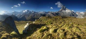Πανοραμική άποψη από το λιβάδι κάτω από Matterhorn, Ελβετία. Στοκ Φωτογραφία