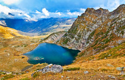 Πανοραμική άποψη από το πέρασμα βουνών στη λίμνη και την κοιλάδα Στοκ φωτογραφία με δικαίωμα ελεύθερης χρήσης