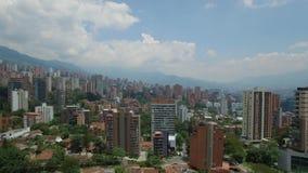 Πανοραμική άποψη δύο θυελλών ντους που πλένουν MedellÃn, στην Κολομβία απόθεμα βίντεο