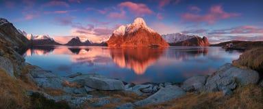 Πανοραμική άποψη ηλιοβασιλέματος ή ανατολής σχετικά με τη ζάλη των βουνών στα νησιά Lofoten, Νορβηγία, τοπίο ακτών βουνών, αρκτικ στοκ εικόνες με δικαίωμα ελεύθερης χρήσης