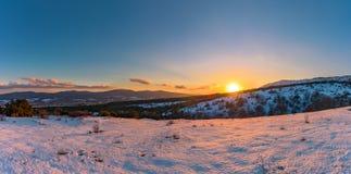 Πανοραμική άποψη ηλιοβασιλέματος από το βουνό στο πώς όμορφη το σύνολο ήλιων Στοκ εικόνα με δικαίωμα ελεύθερης χρήσης