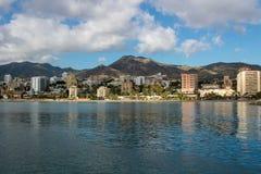 Πανοραμική άποψη θάλασσας σχετικά με την ισπανική πόλη Αλμερία με την απεικόνιση της ακτής Στοκ Εικόνες