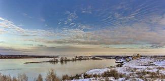Πανοραμική άποψη και το χειμώνα η εκκλησία ποταμών ο μιναρές Στοκ Εικόνα