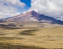 Πανοραμική άποψη καλυμμένου του χιόνι ηφαιστείου Chimborazo, Ισημερινός Στοκ Φωτογραφίες