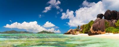 Πανοραμική άποψη μιας τροπικής παραλίας Σεϋχέλλες Ινδικός Ωκεανός νησιών Στοκ Φωτογραφία