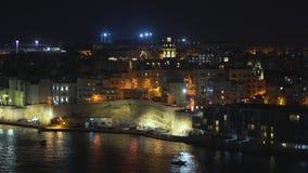 Πανοραμική άποψη νύχτας μιας γραμμής ακτών και ο στο κέντρο της πόλης Valletta, Μάλτα με τα διαφορετικά ορόσημα της πόλης σε 4k φιλμ μικρού μήκους
