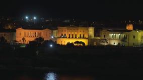Πανοραμική άποψη νύχτας μιας γραμμής ακτών και ο στο κέντρο της πόλης Valletta, Μάλτα με τα διαφορετικά ορόσημα της πόλης σε 4k απόθεμα βίντεο