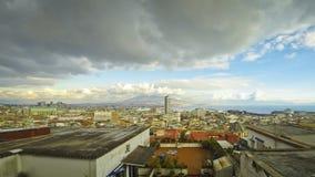 Πανοραμική άποψη οριζόντων της πόλης της Νάπολης με το Βεζούβιο στο υπόβαθρο απόθεμα βίντεο