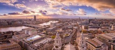 Πανοραμική άποψη οριζόντων του Λονδίνου νότου και δύσης στο ηλιοβασίλεμα με τα όμορφα σύννεφα Στοκ φωτογραφία με δικαίωμα ελεύθερης χρήσης