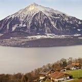 Πανοραμική άποψη πέρα από τα ελβετικά βουνά Apls κοντά στη λίμνη Thun στο W Στοκ εικόνες με δικαίωμα ελεύθερης χρήσης
