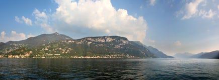 Πανοραμική άποψη πέρα από τη λίμνη Como από Varenna Ιταλία Στοκ Φωτογραφία