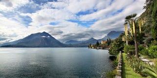 Πανοραμική άποψη πέρα από τη λίμνη Como από Varenna Ιταλία Στοκ εικόνες με δικαίωμα ελεύθερης χρήσης