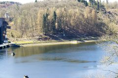 Πανοραμική άποψη πέρα από τη λίμνη Sauerland στη Γερμανία στοκ εικόνες