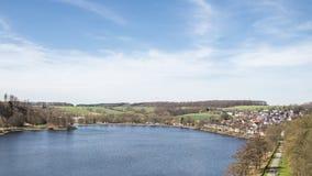 Πανοραμική άποψη πέρα από τη λίμνη Sauerland στη Γερμανία στοκ εικόνα με δικαίωμα ελεύθερης χρήσης