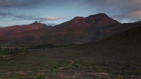 Πανοραμική άποψη πέρα από τη μικρή πόλη Ladysmith στο δυτικό ακρωτήριο στη Νότια Αφρική με τα βουνά langeberg και Towerkop στο τ απόθεμα βίντεο