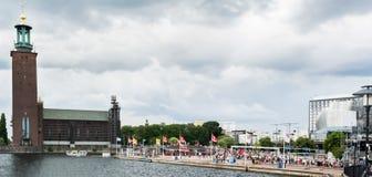 Πανοραμική άποψη πέρα από το Δημαρχείο και Hantverkargatan κατά τη διάρκεια της παρέλασης υπερηφάνειας της Στοκχόλμης Στοκ εικόνα με δικαίωμα ελεύθερης χρήσης