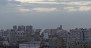 Πανοραμική άποψη πόλεων με τις καπνοδόχους φιλμ μικρού μήκους